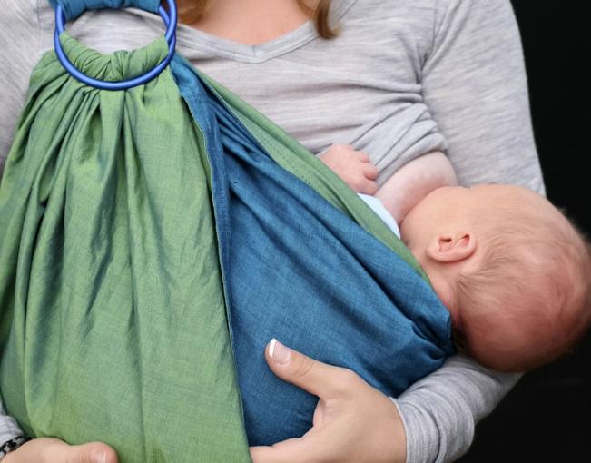 Cos'è il babywearing e come può migliorare il legame genitore-figlio